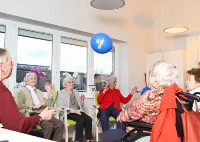 Beim Ballspielen werden Reflexe und Beweglichkeit geübt.