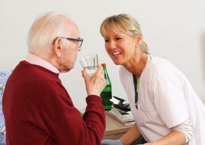 Pflege bedeutet auch Nähe und Geborgenheit.