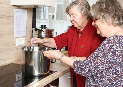 Gemeinsames Kochen in der Tagespflege.